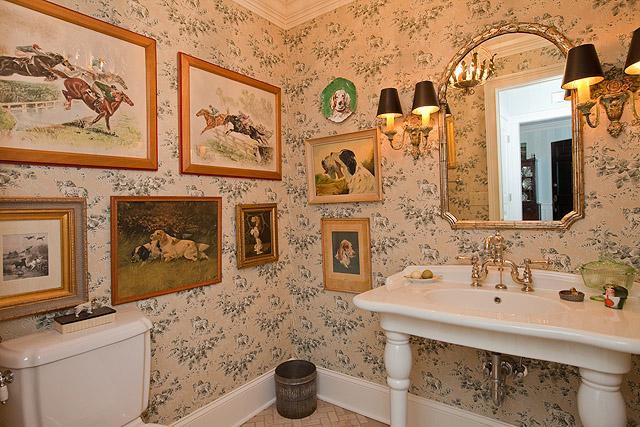 Inside fashion designer rebecca ray 39 s equestrian home - Quadri in bagno ...