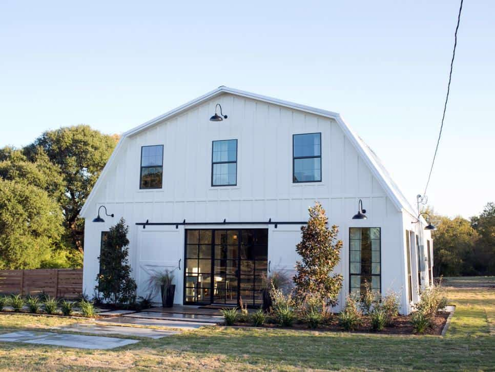 BPHFXUP311HMeekhome exteriorAFTER206572711513 1257060jpgrendhgtvcom966725 Fixer Upper Country Chic Style by Joanna
